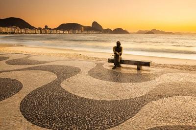 Estatua de Carlos Drummond de Andrade ao amanhecer, Copacabana, Rio de Janeiro