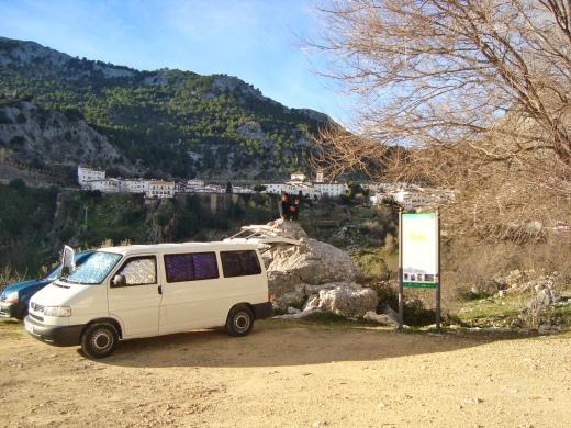 Área para estacionamento de vans, com Grazalema em frente. Depois de uma tempestade, ganhamos um céu estrelado de noite e sol no dia seguinte. Grazalema é o lugar onde mais chove na Espanha.